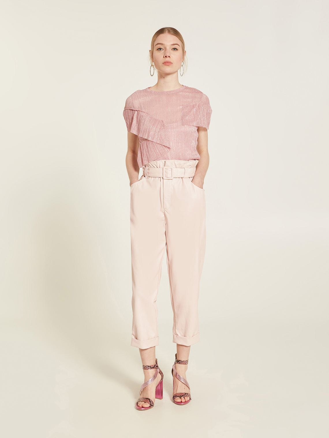 Pantaloni carrot in similpelle e maglia rosa chiaro