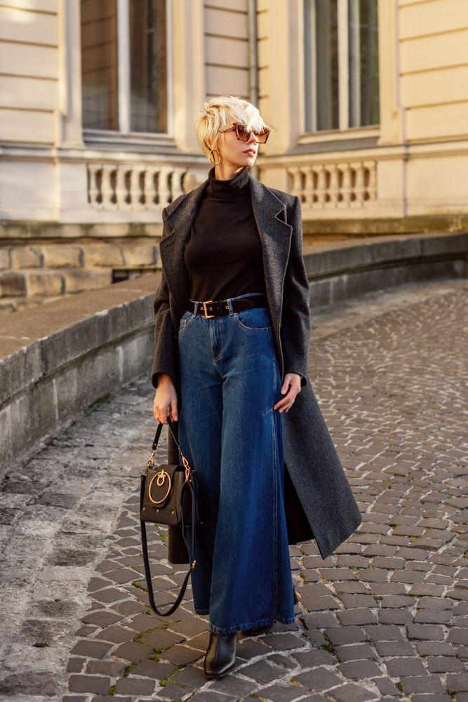 I pantaloni larghi a palazzo e a vita alta sono perfetti anche in jeans