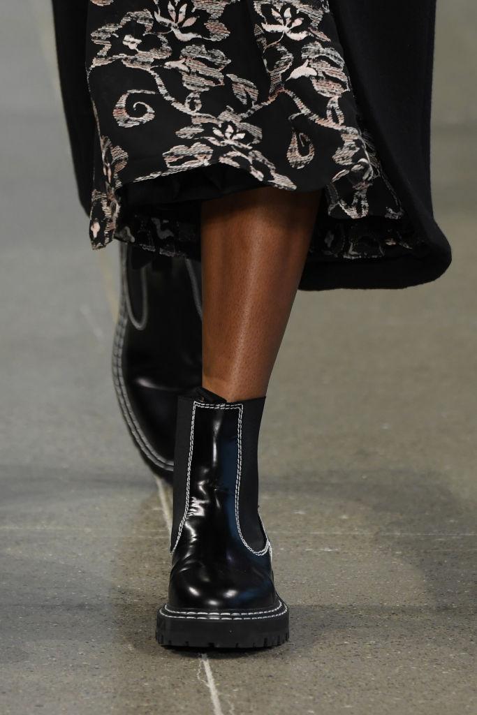 Dettaglio di anfibio basso durante la New York Fashion Week 2020