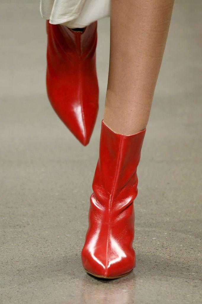 Stivali primaverili: il rosso brillante è uno dei must