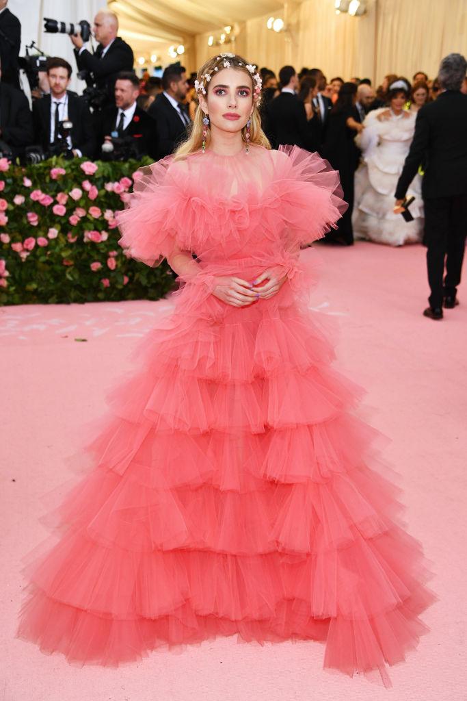 Abito in tulle rosa con una gonna ampia, perfetta per la primavera