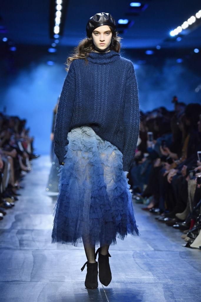 Gonna in tulle Dior in Classic Blue, il colore pantone del 2020