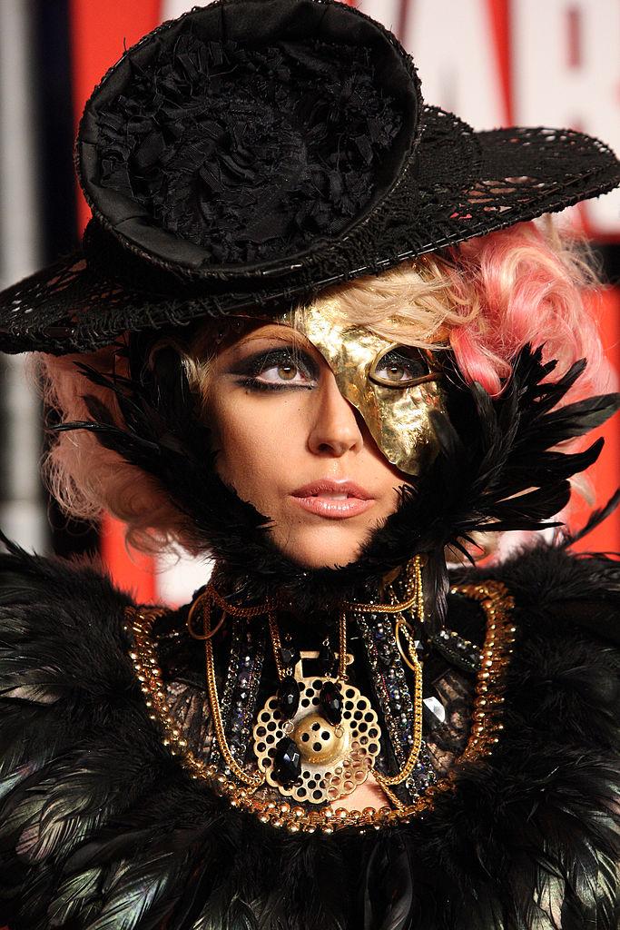 Lady Gaga indossa un cappello nero