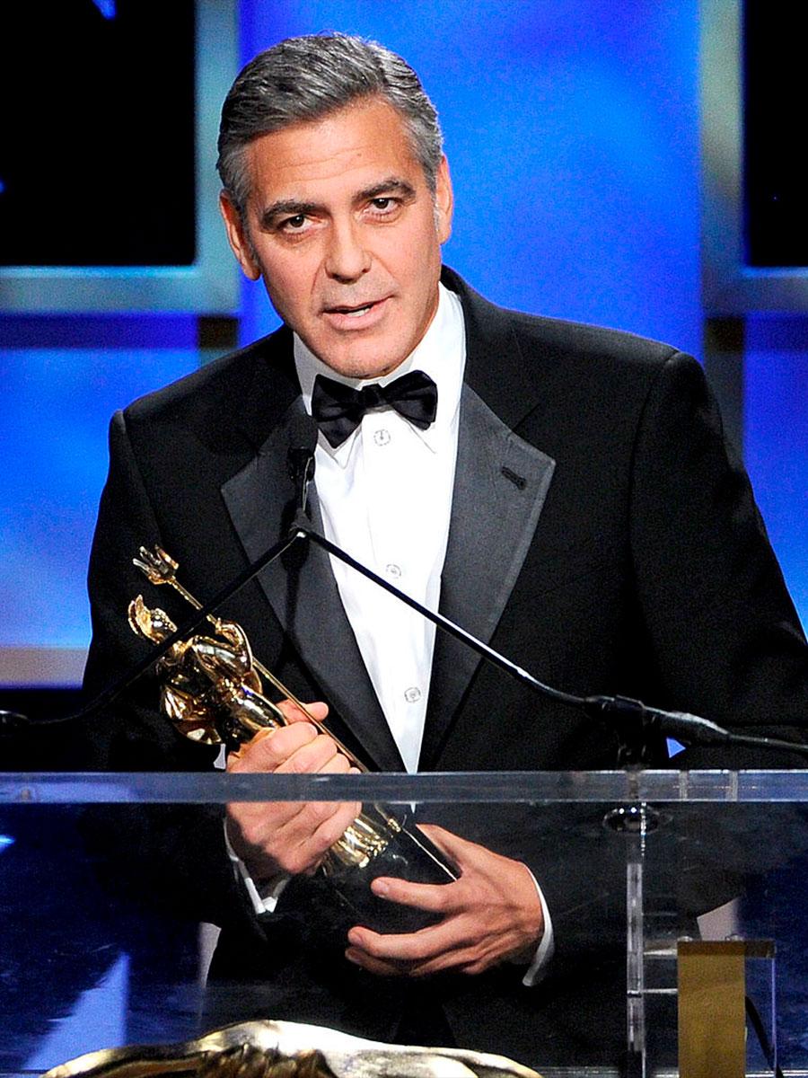George Clooney con in mano un premio