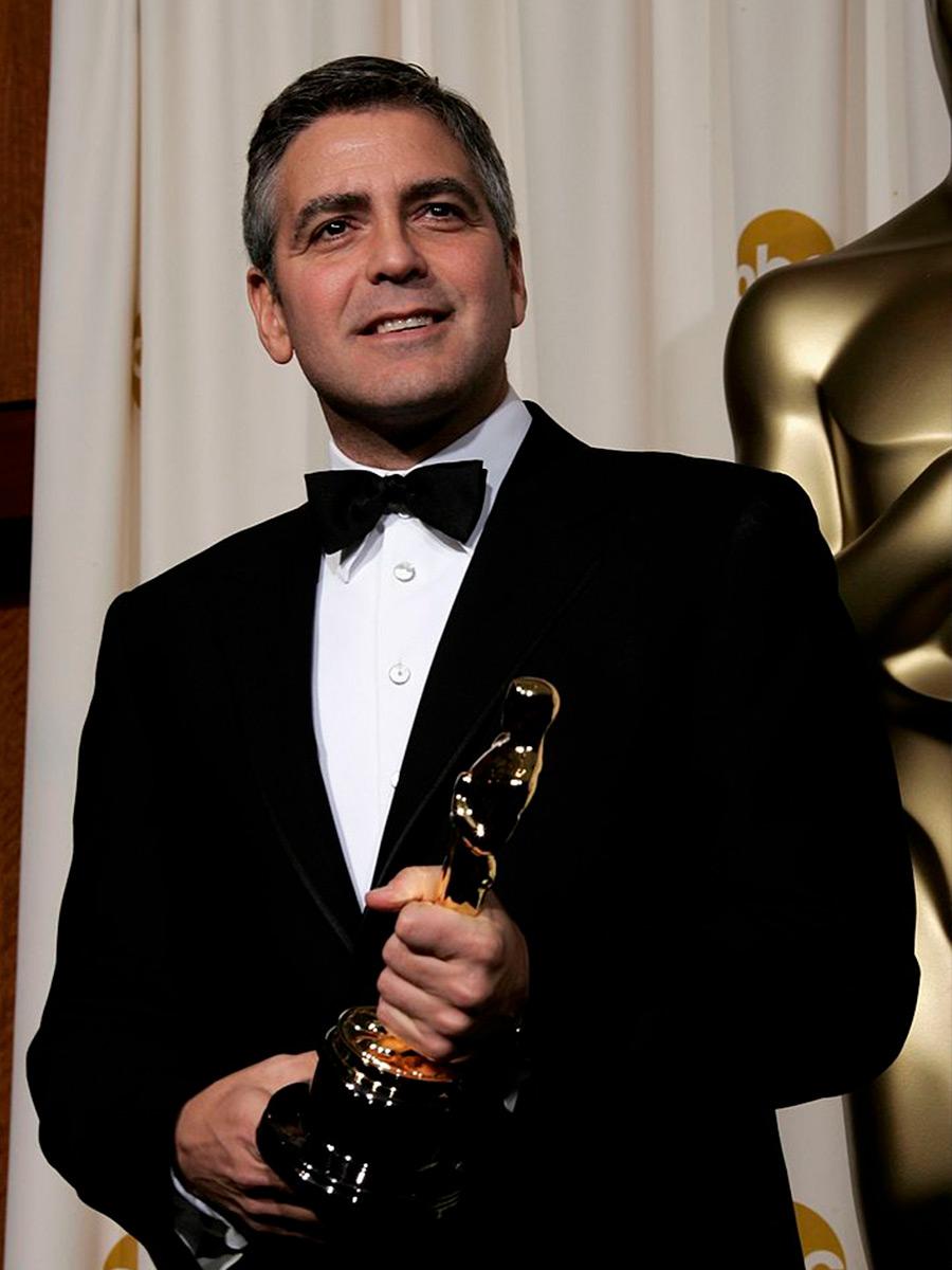 George Clooney tiene in mano un Oscar
