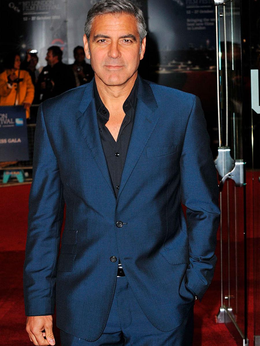 George Clooney con una giacca blu