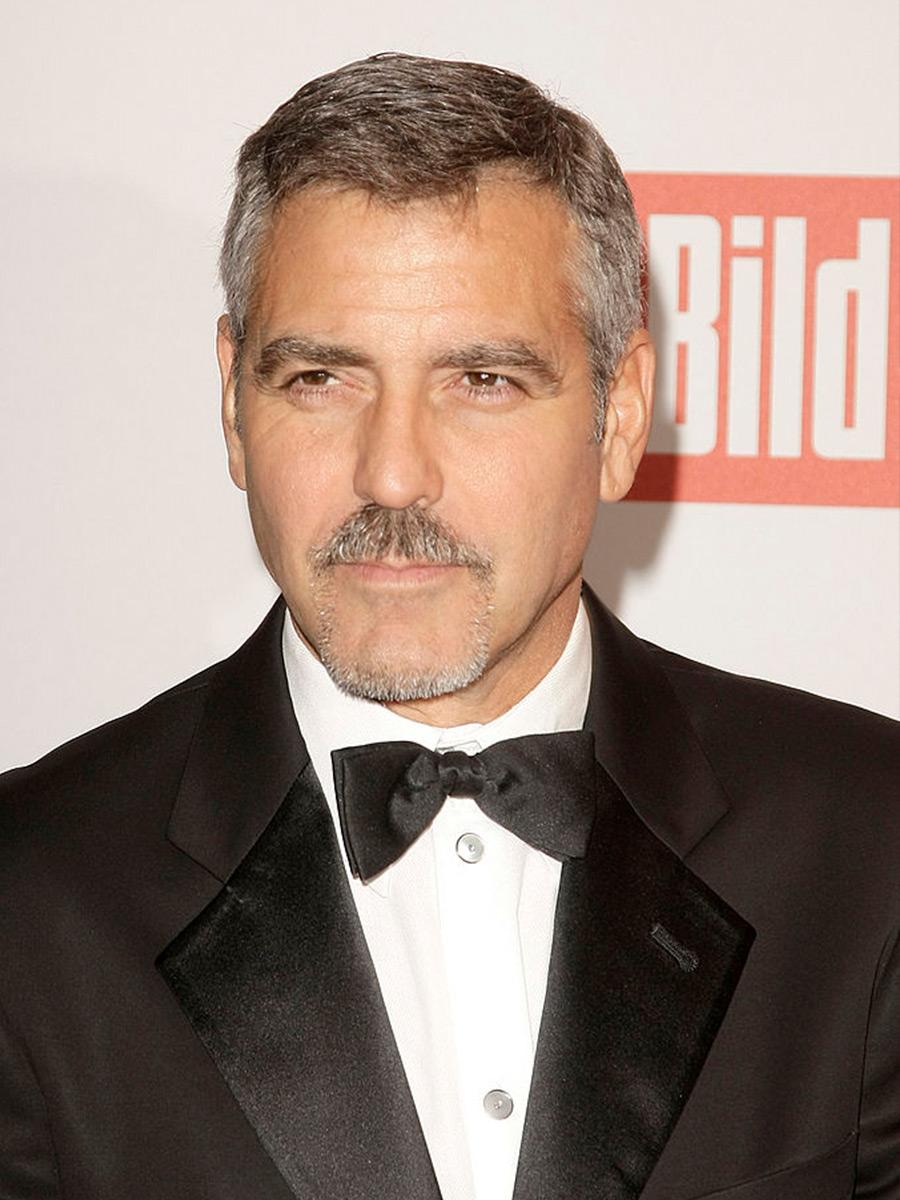 Primo piano di George Clooney con il papillon