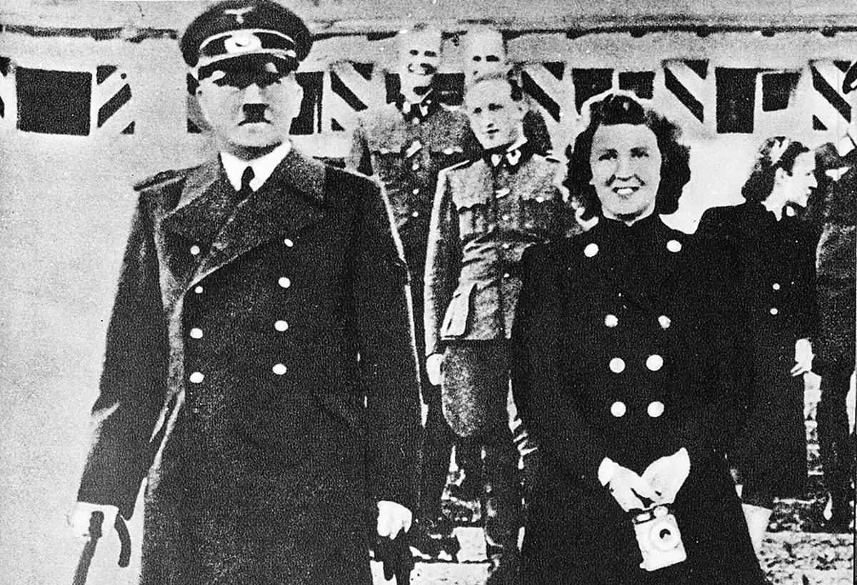 Donne di Hitler, Adolph Hitler in uniforme con Eva Braun