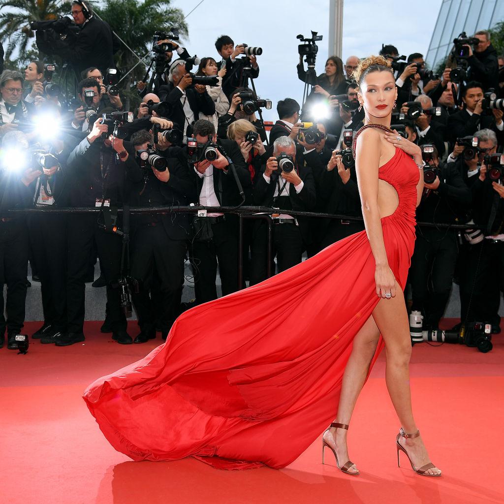 Bella Hadid indossa l'iconico vestito rosso