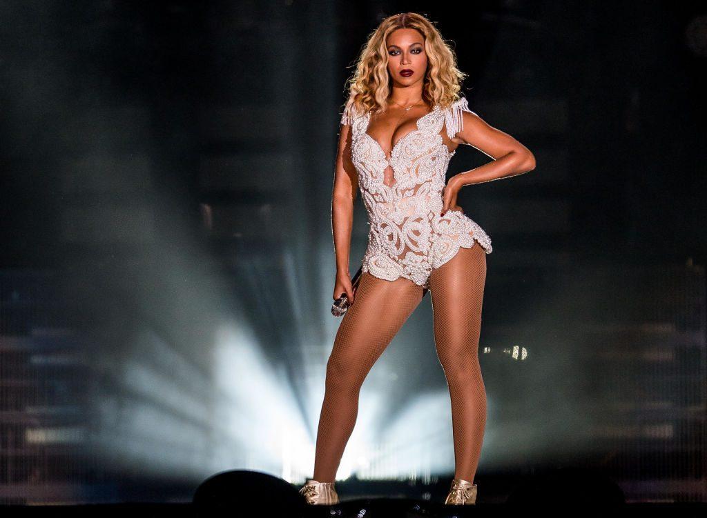 Beyoncé vestita di bianco sul palco del Rock in Rio 2013