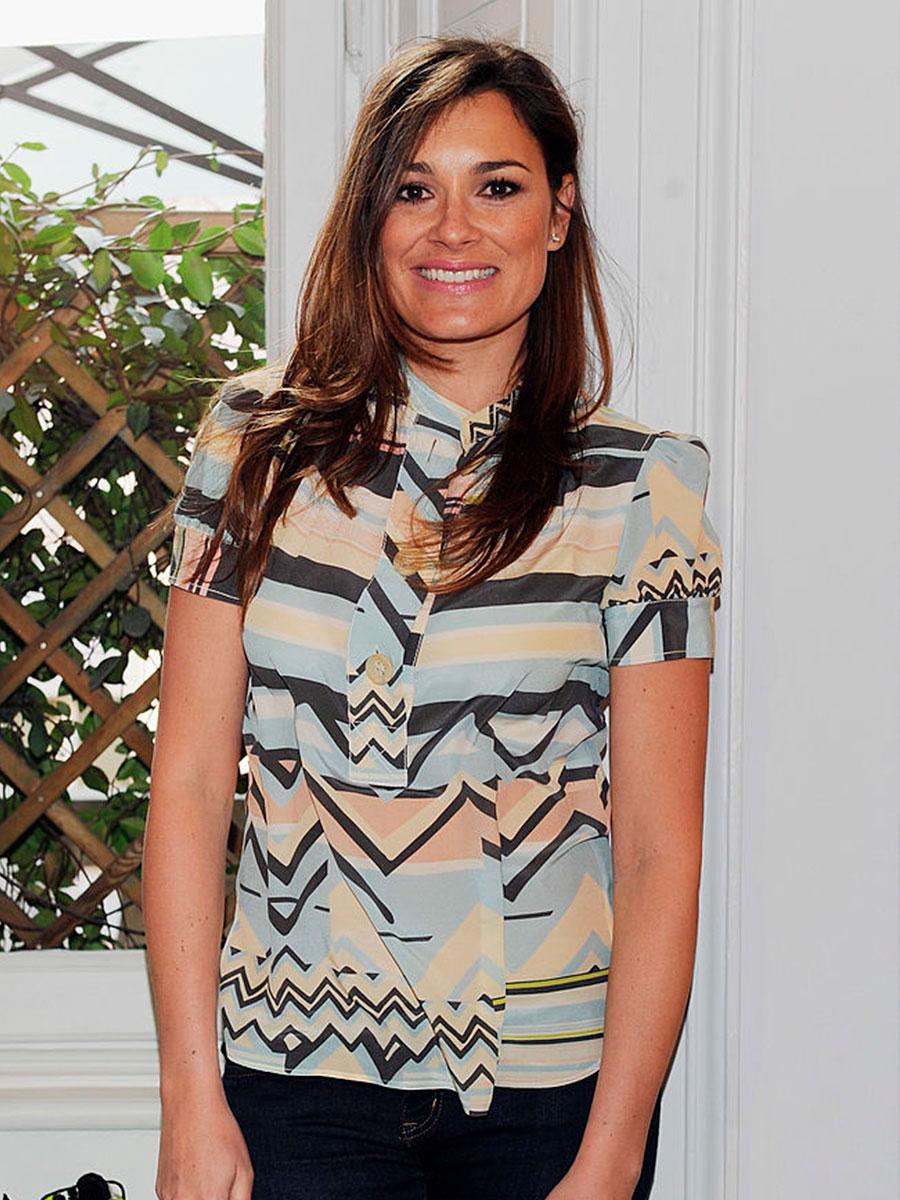 Alena Seredova con un vestito con decorazioni a righe