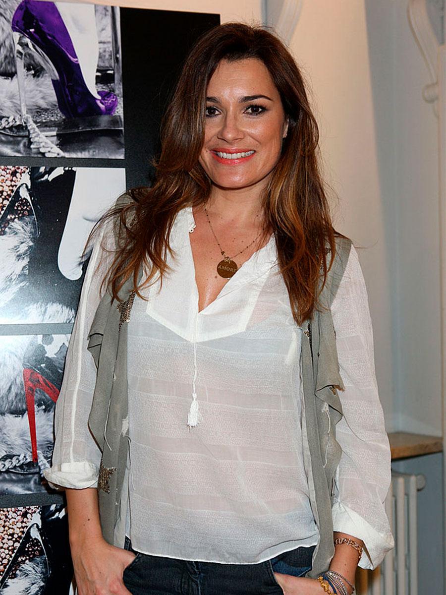 Alena Seredova con una maglietta semitrasparente e le mani in tasca