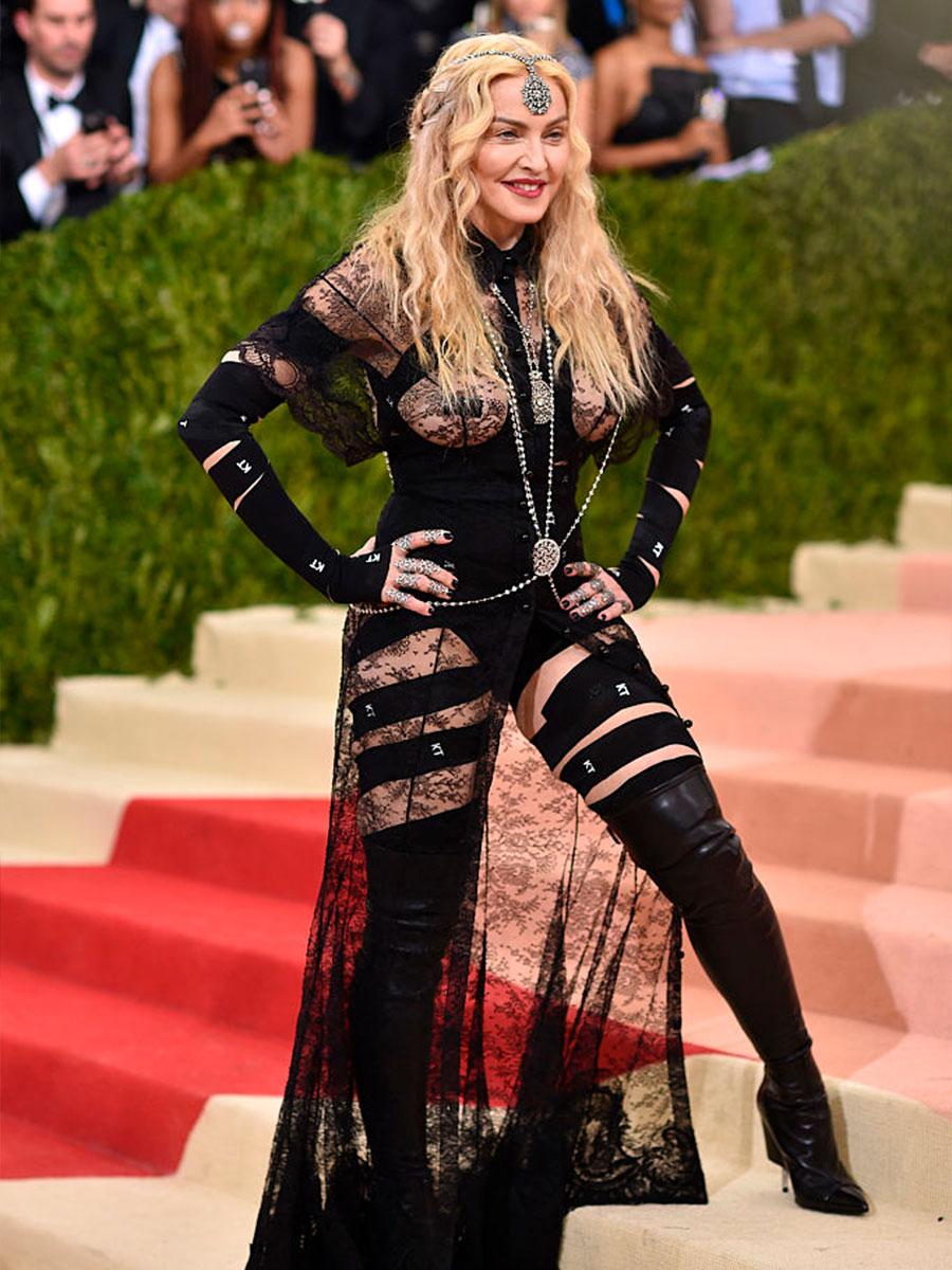 Madonna con un pendente in testa