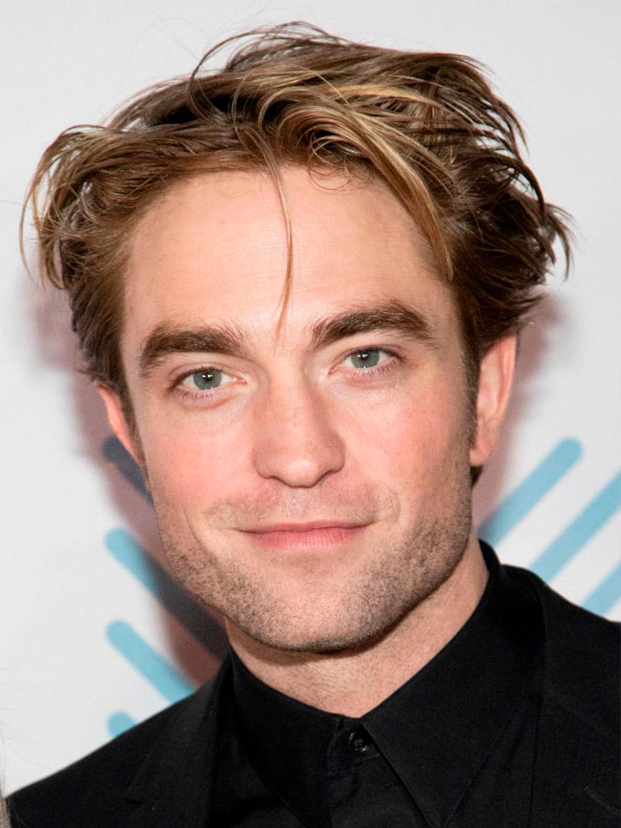 Primo piano di Robert Pattinson in abiti scuri