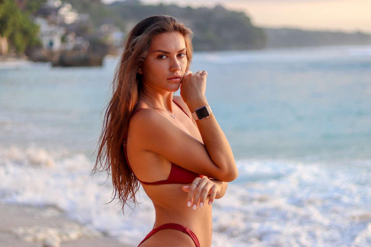 Ragazza al mare con un bikini color mattone