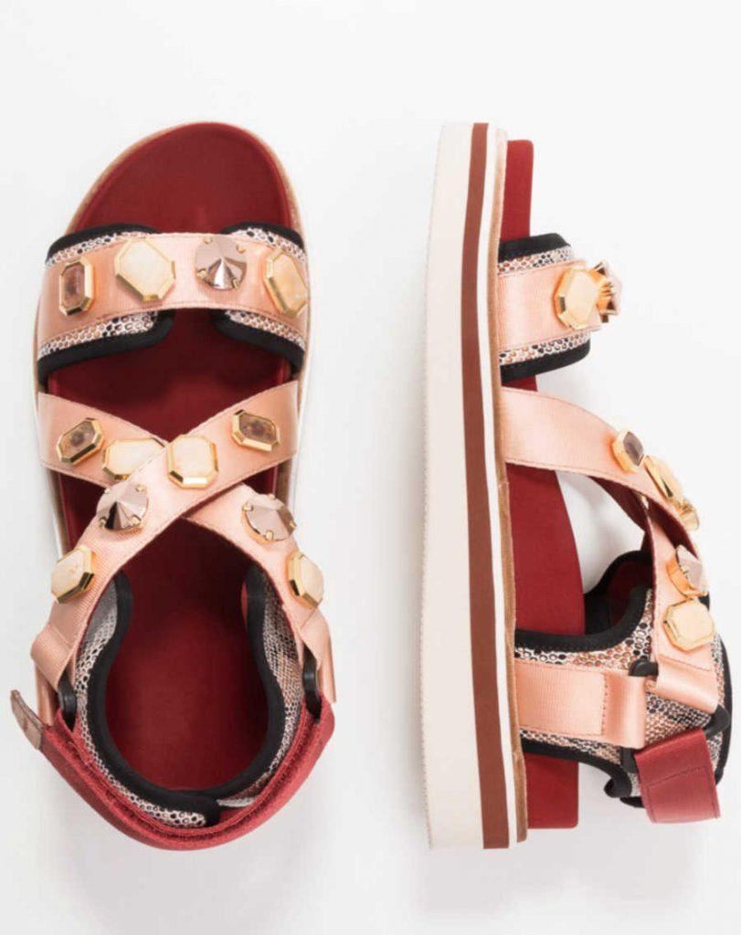 Sandalo basso rosso con applicazioni gioiello