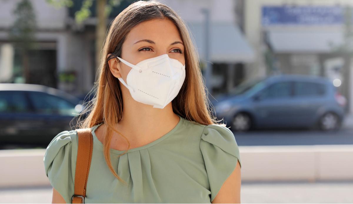 Donna con mascherina ffp2