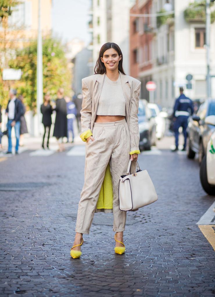Look pantaloni vita alta