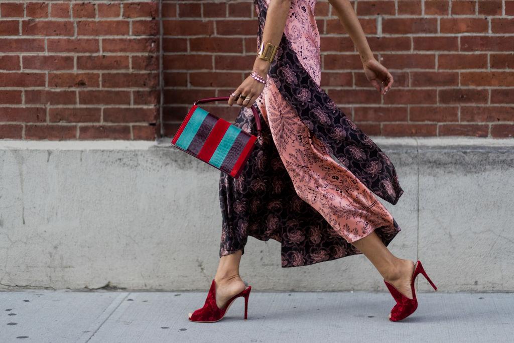 Donna con sabot che cammina