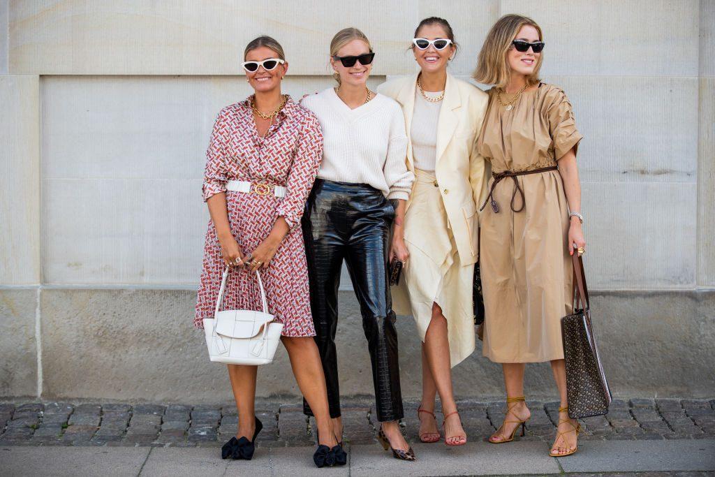 Donne vestite alla moda autunno 2020