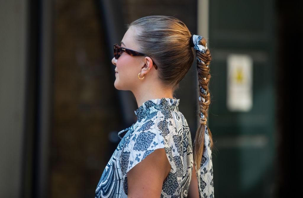 Ragazza con capelli intrecciati con un foulard