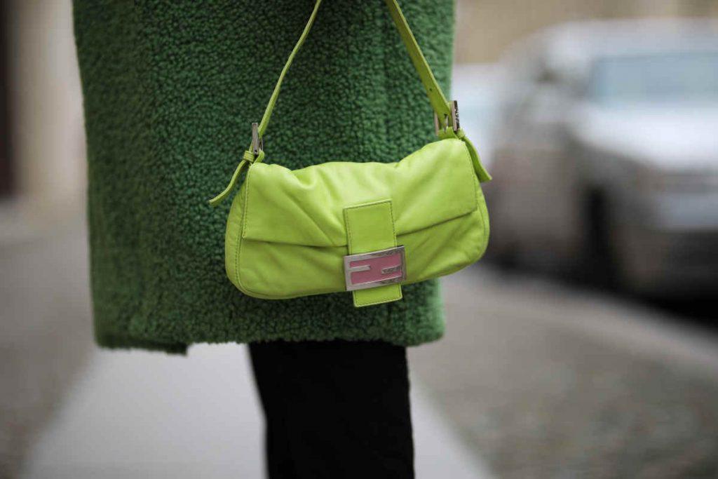 Look da copiare per l'autunno borsa baguette Fendi verde