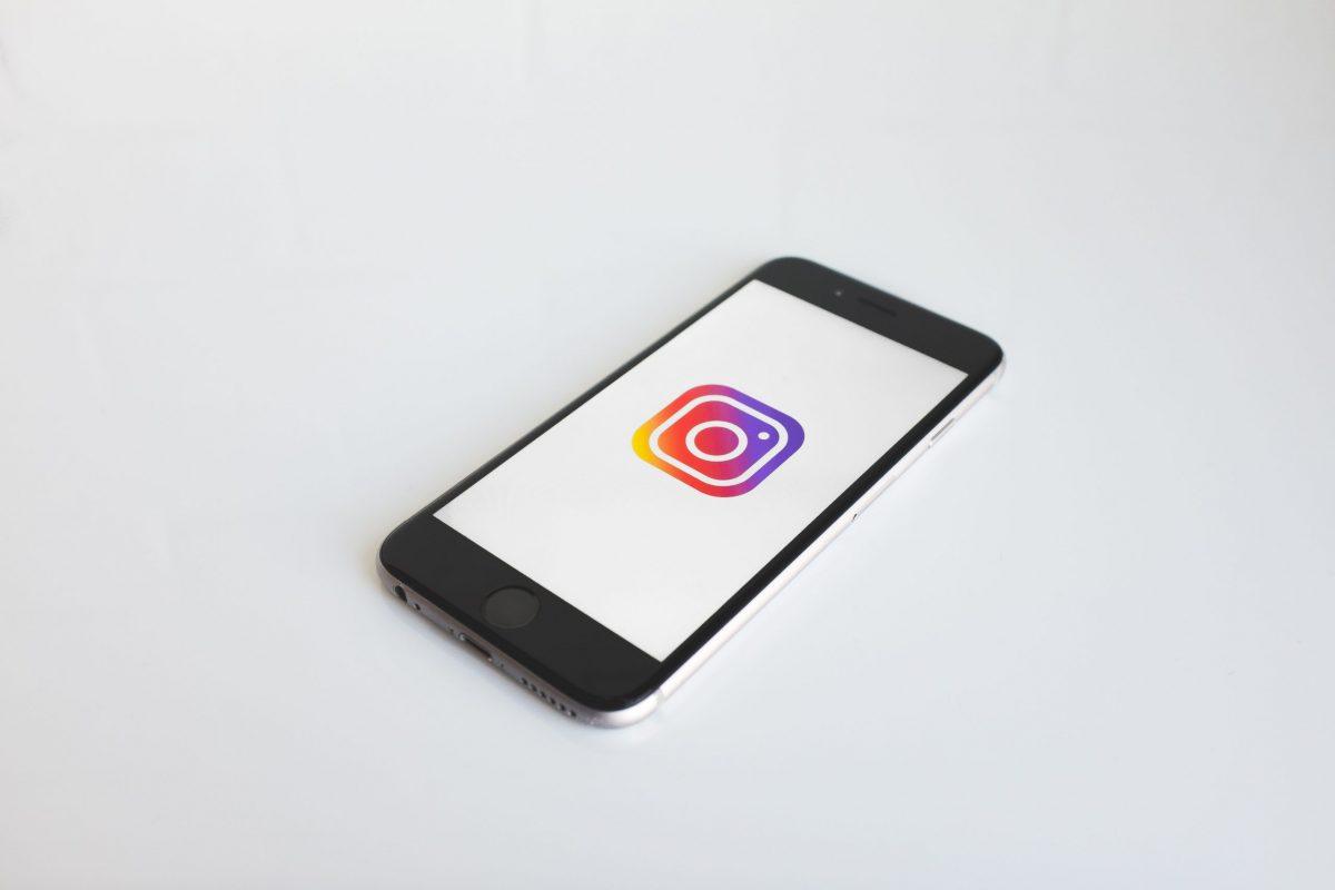 Uno smartphone che mostra l'icona di Instagram