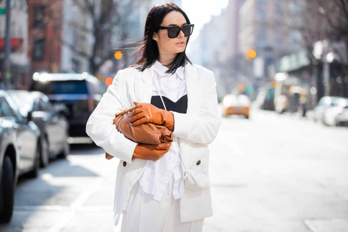 Donna con accessori, anelli, guanti in pelle