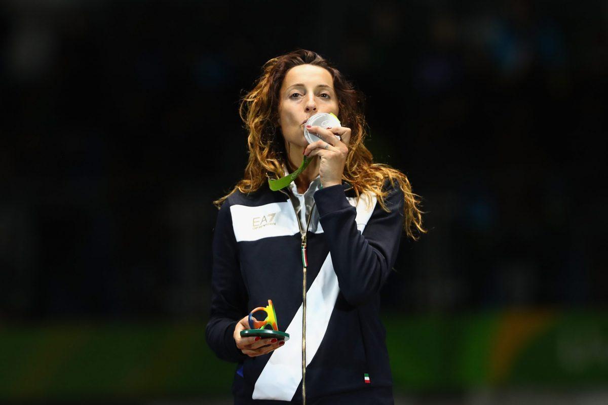 Elisa Di Francisca mentre bacia la medaglia d'argento conquistata alle Olimpiadi di Rio 2016 nel fioretto individuale