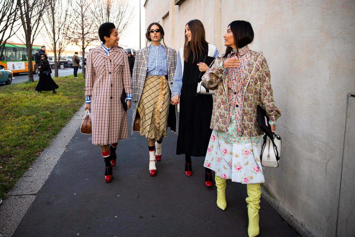 Un gruppo di influencer alle sfilate parigine Autunno-Inverno 2020-21