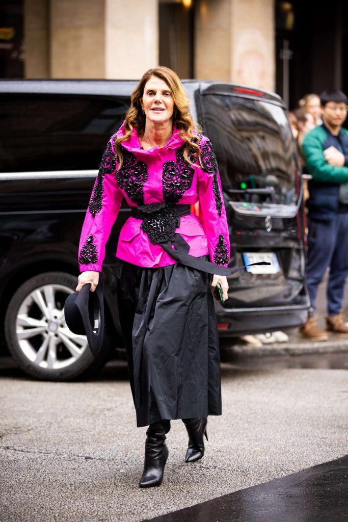 Anna dello Russo alle sfilate di Parigi A/I 20-21 con una gonna nera a ruota e una giacca fucsia