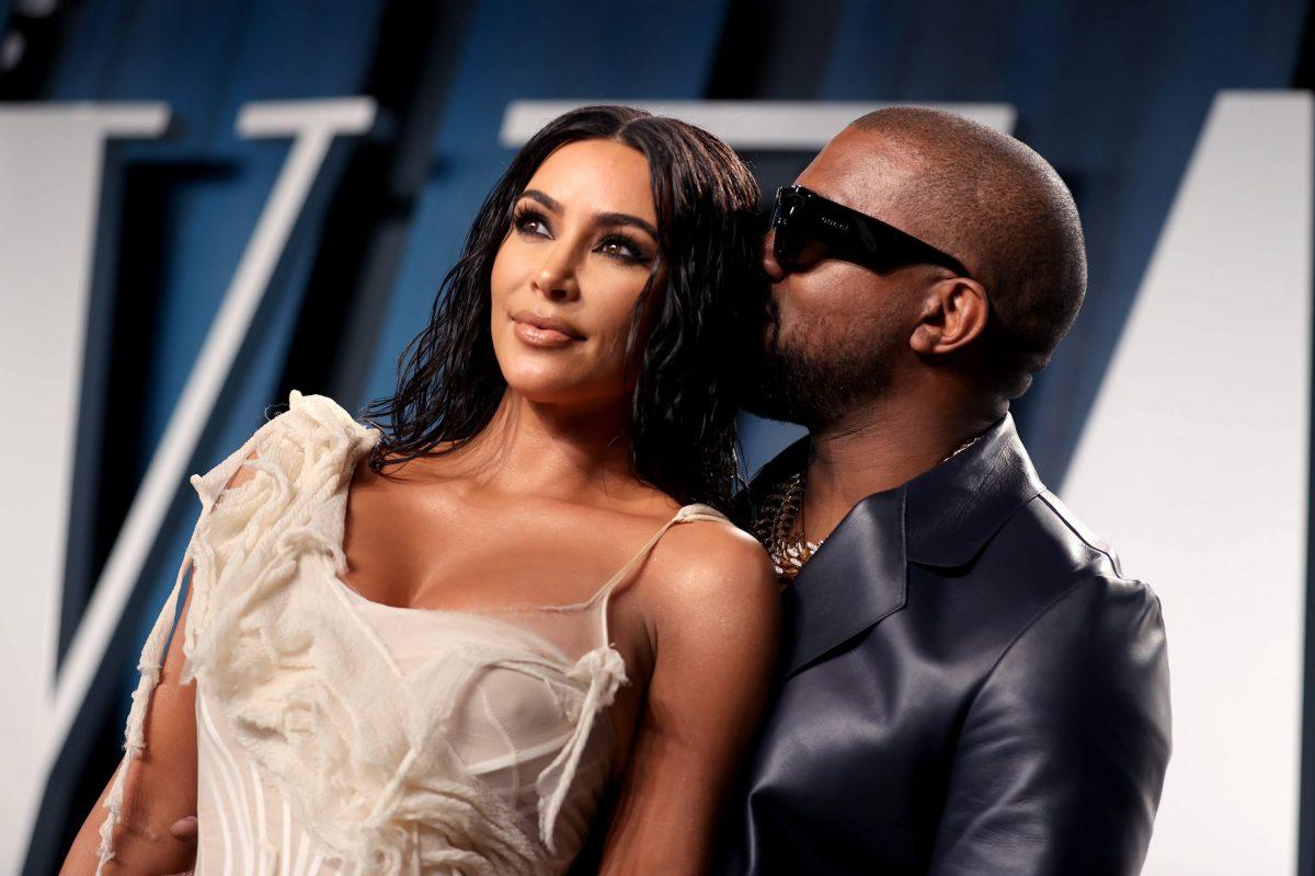 Kim Kardashian vestita di bianco e Kanye West in nero e occhiali da sole sul red carpet del party di vanity Fair per gli Oscar 2020