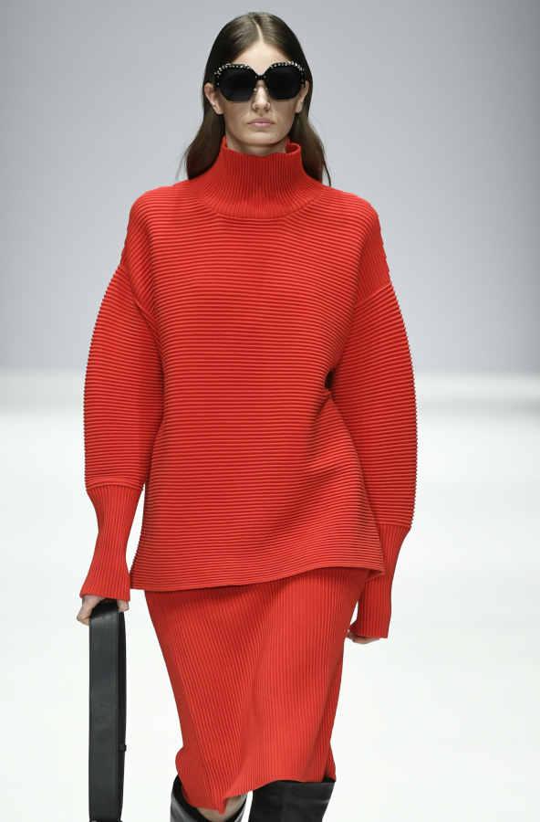 Look maglione collo alto abbinato alla gonna