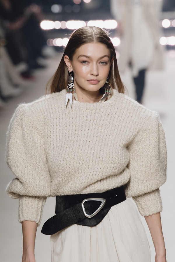 Look maglione maniche a sbuffo