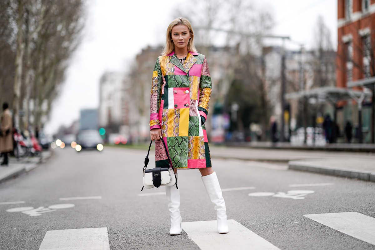 Donna con un cappotto patchwork