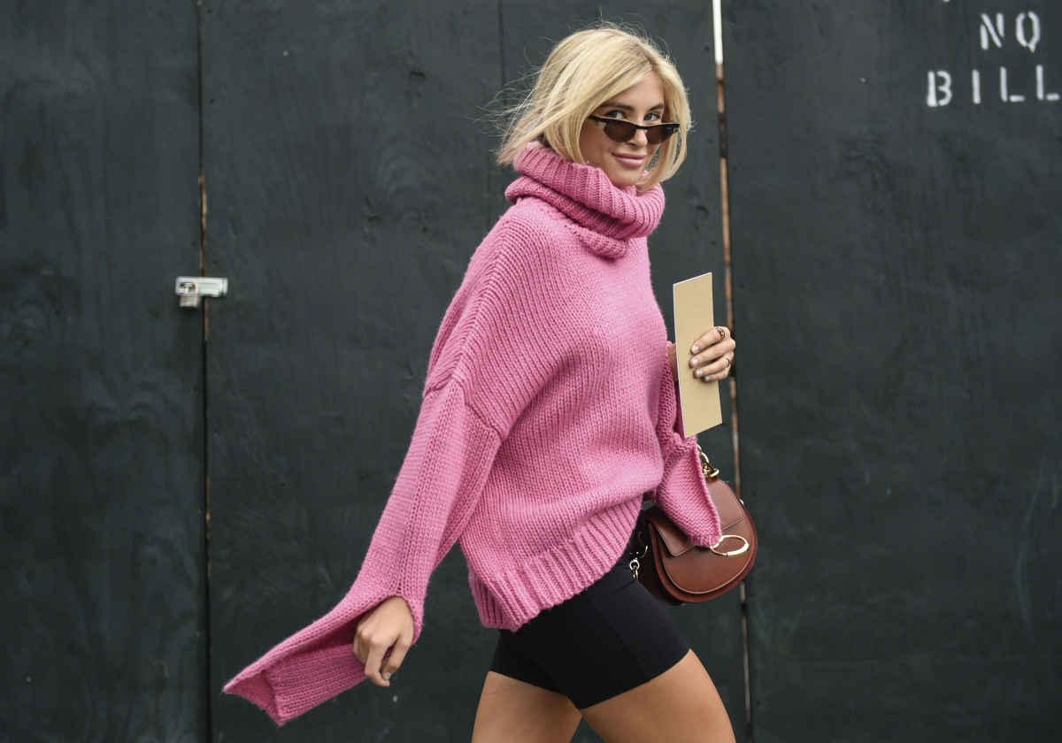 Ragazza con un maglione invernale