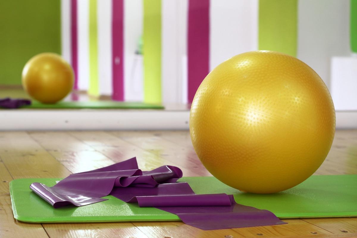 allenamento attrezzi palla elastico tappetino