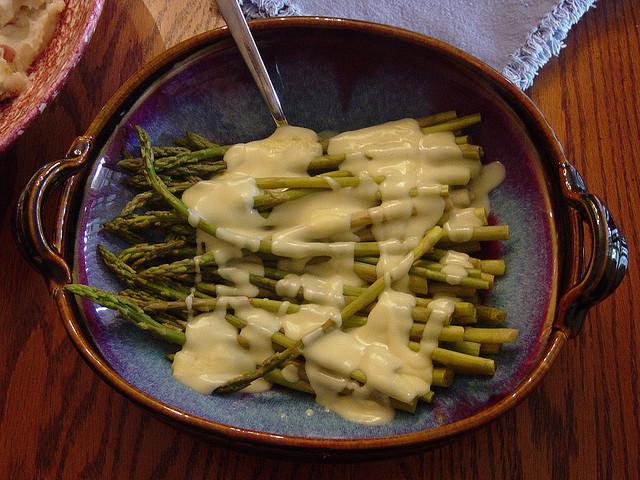 Asparagi con fonduta di formaggio