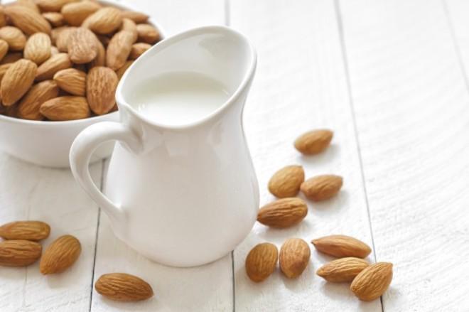 Come fare il latte di mandorle in casa