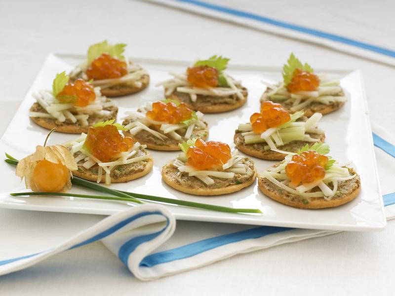 Crostini con bottarga, sedano e uova di salmone