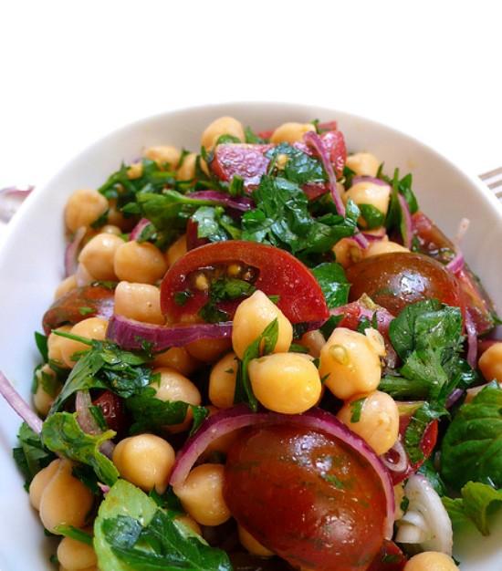 Insalata di ceci, pomodori e cipolle