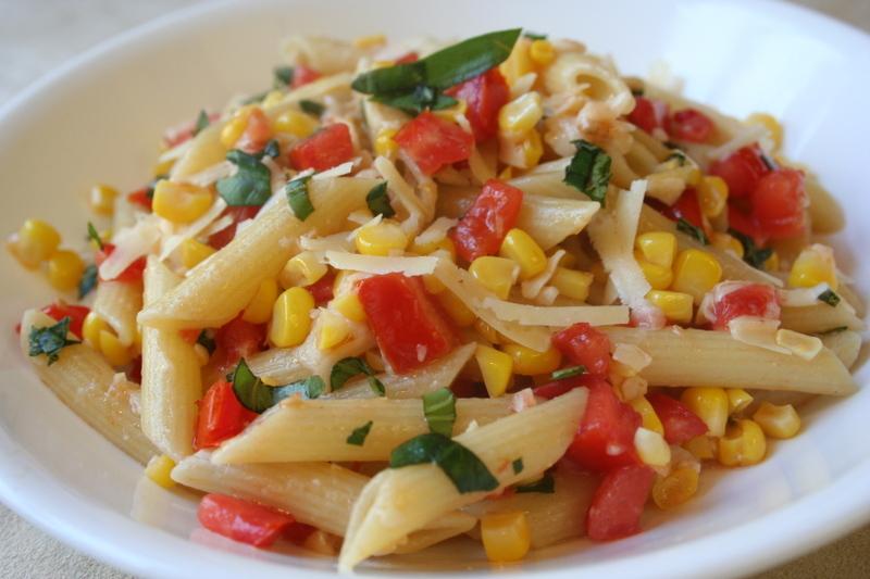Insalata di pasta con mais e pomodori