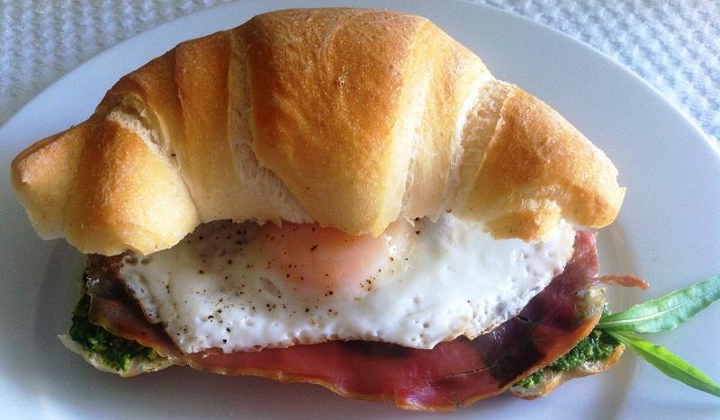 Panino con uova e prosciutto