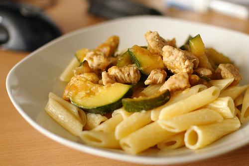 Pasta con zucchine e pollo
