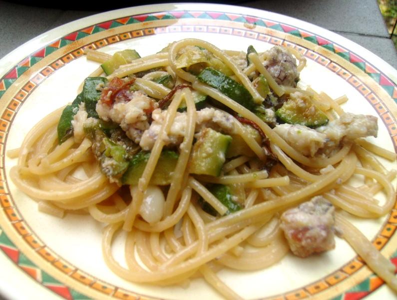 Pasta con zucchine, speck e panna