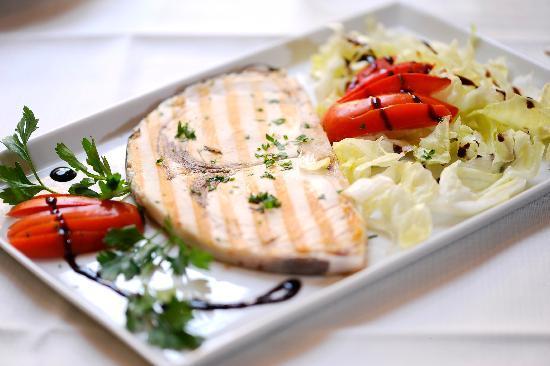 Pesce spada grigliato con verdure