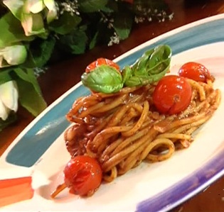 Spaghetti al patè di olive e pomodori