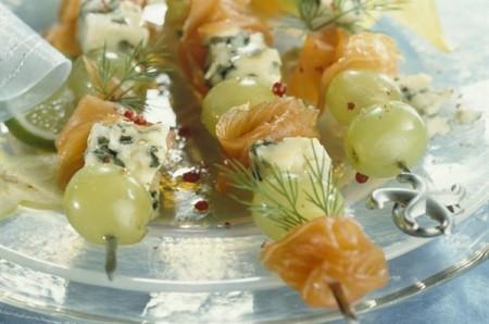Spiedini con salmone, uva e formaggio
