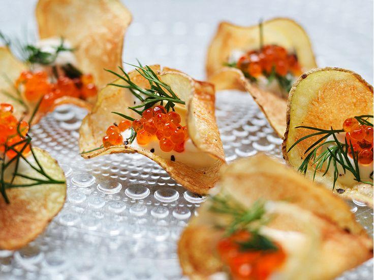 Uova di salmone su sfoglie di patate fritte