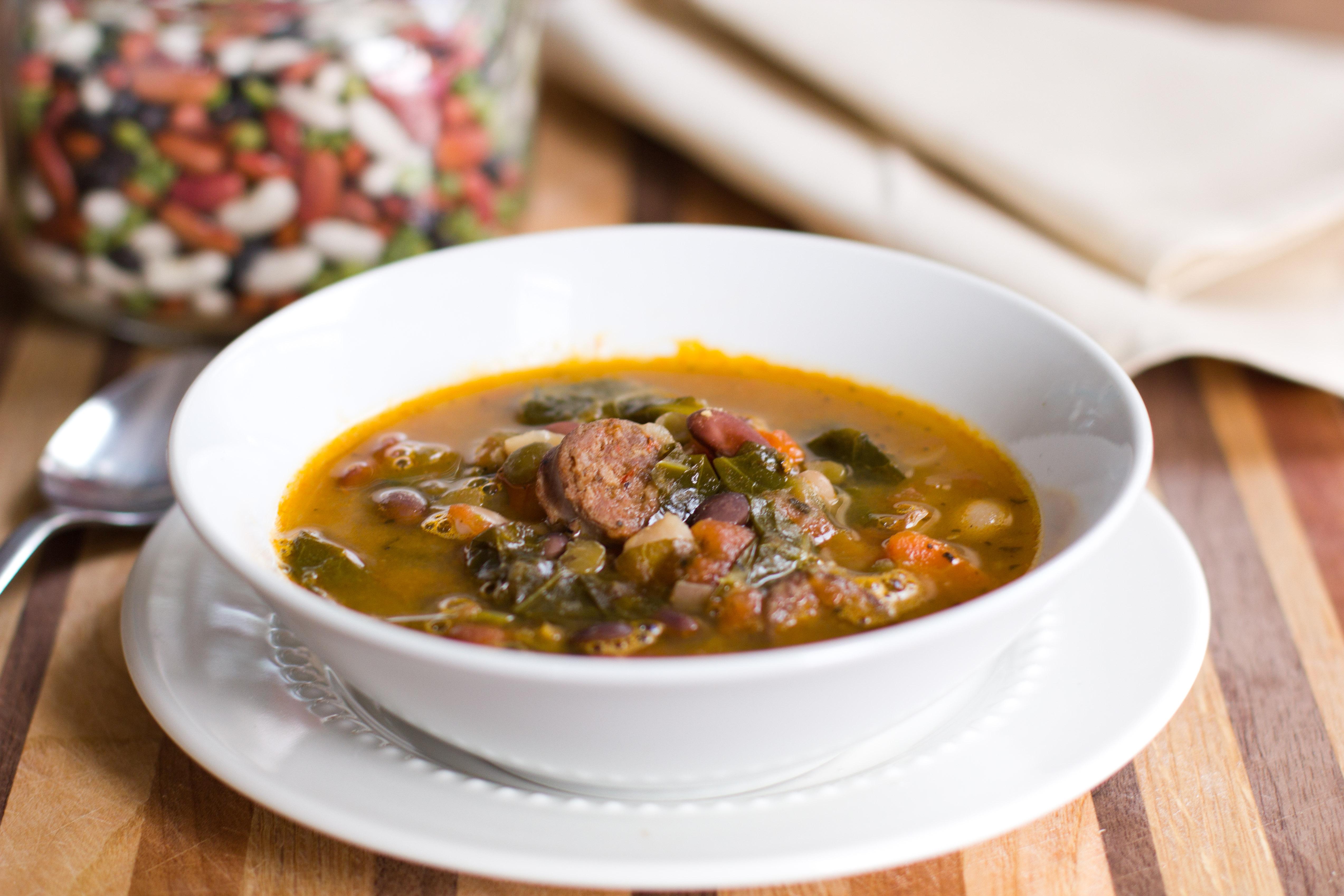 Zuppa di legumi, salsiccia e verdure